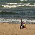 Pod wiatr, pod prąd, pod górę ...ale wespół - damy radę #morze #plaża #ludzie #dzieci