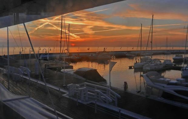 Hej! Bosmanie miły bosmanie... rzuć okiem na swą przystań i wschód słońca rysujący swym światłem ośmioramienną gwiazdę #wschód #sunrise #marina #przystań #jachty #yachts