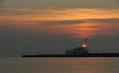 Jak okręt-widmo, a to tylko bosmanat sopockiej mariny o poranku #Sopot #molo #marina #bosmanat #wschód #sunrise