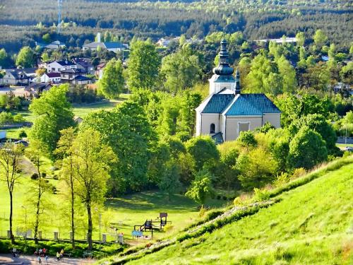 Nie stare, nie nowe, takie w sam raz. Widok ze wzgórza zamkowego na Olsztyn (z kościołem pw. św. Jana Chrzciciela) w pierwszym planie #miasto #kosciół #Olsztyn #Jura